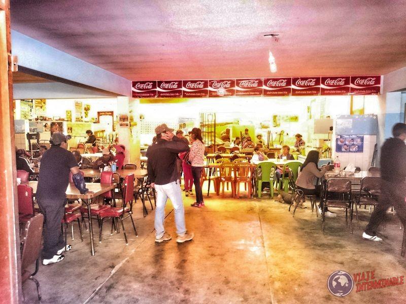 Comiendo en el mercado Bolivia 1