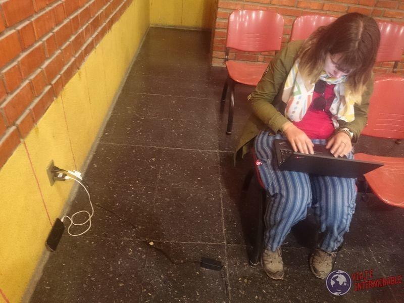 Escribiendo post en estacion de tren de uyuni