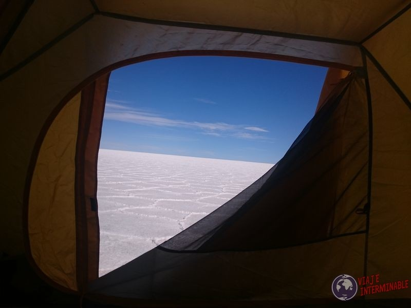 Vista del salar de Uyuni desde la carpa