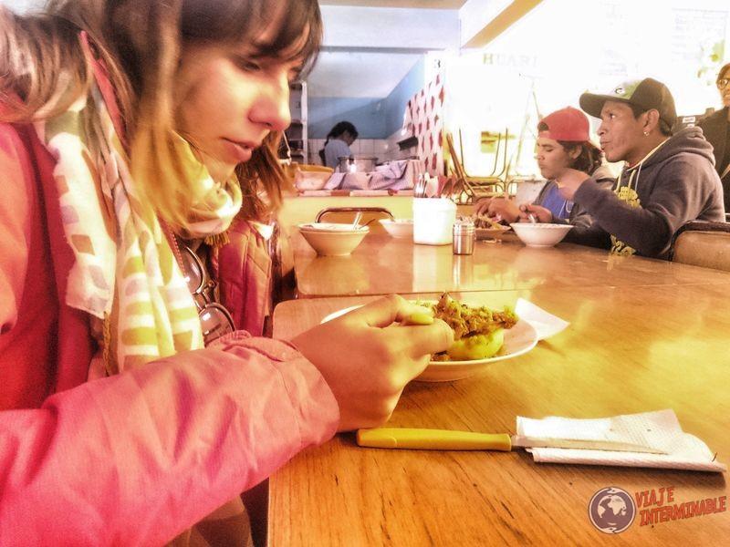 comiendo en el mercado Bolivia 2