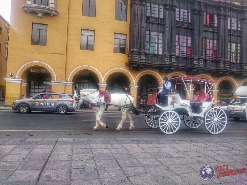 Carruaje en plaza de armas de Lima