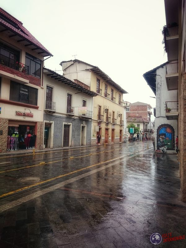 Calles y comercios en cuenca Ecuador