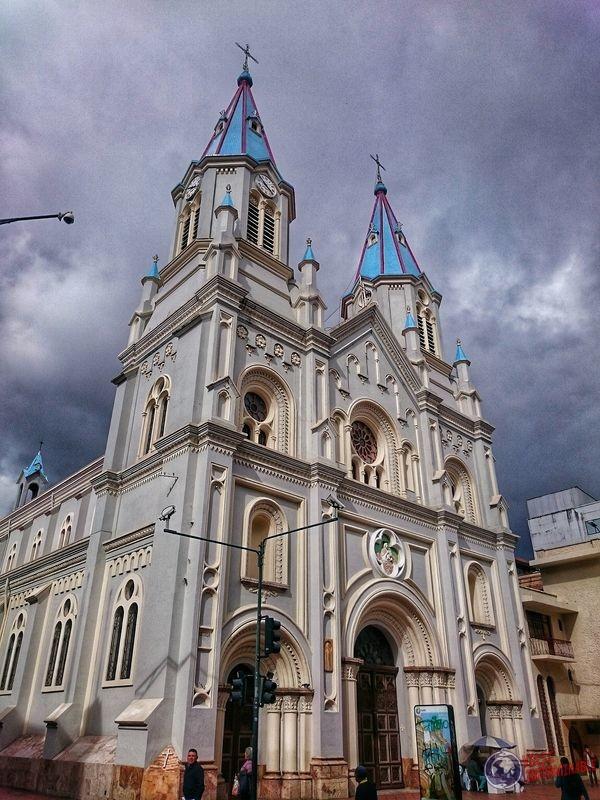 Iglesia de cupula celeste en Cuenca Ecuador