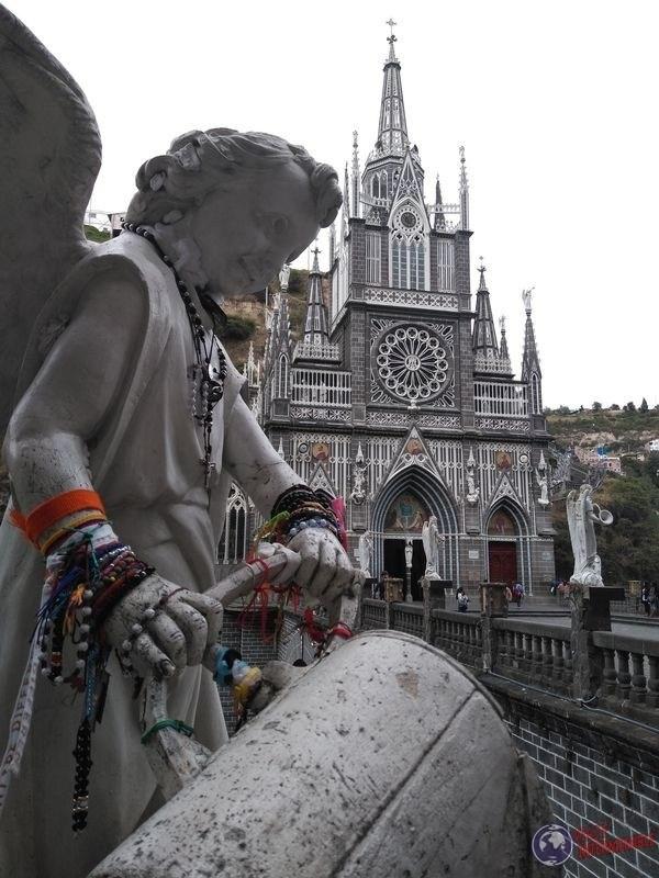 Angel con cantaro y lajas de fondo Colombia