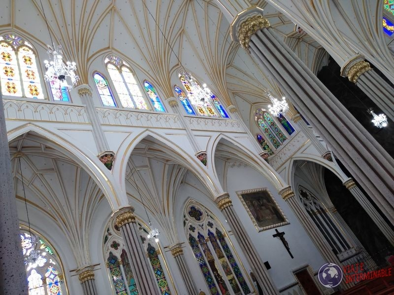 Interior de catedral lajas Colombia