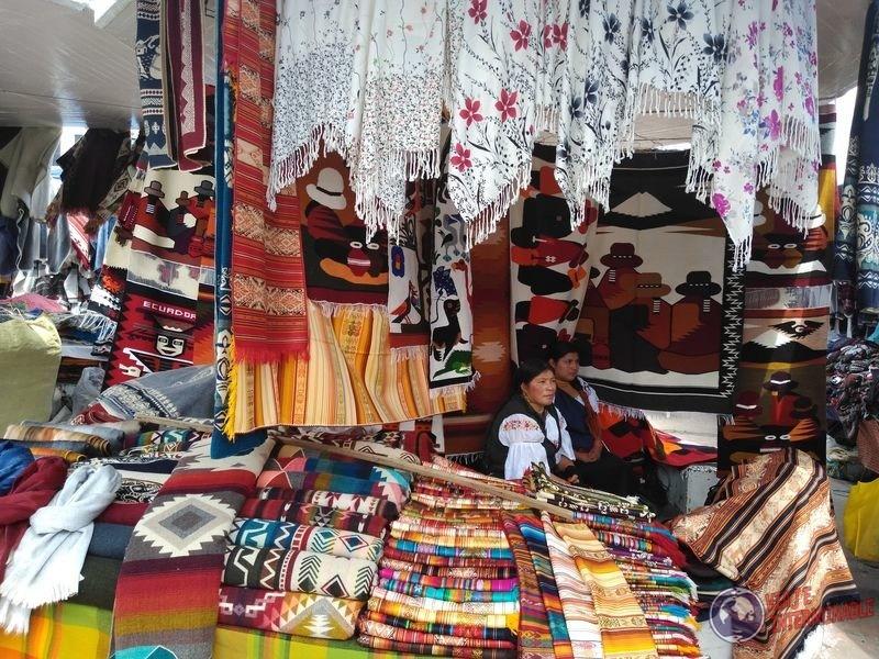 Telas en mercado de los ponchos Otavalo Ecuador