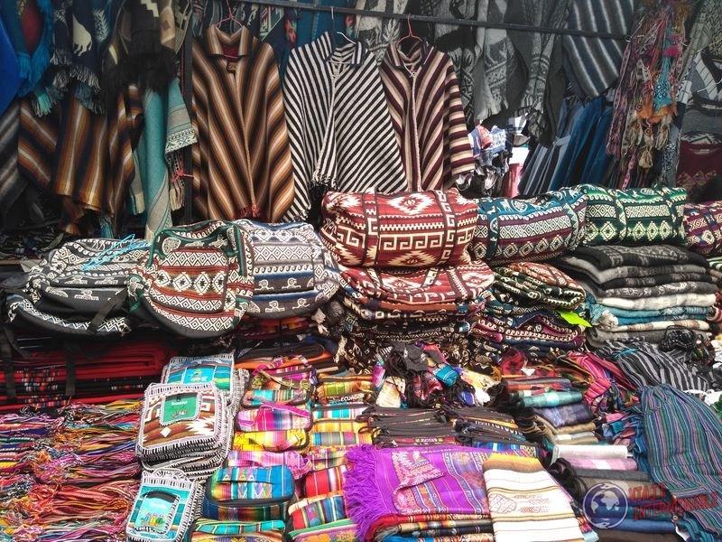 Telas en mercado de los ponchos de Otavalo Ecuador