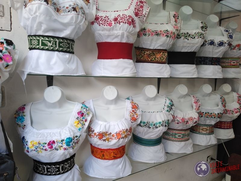 Vestimenta tipica en Mercado de los ponchos Otavalo Ecuador