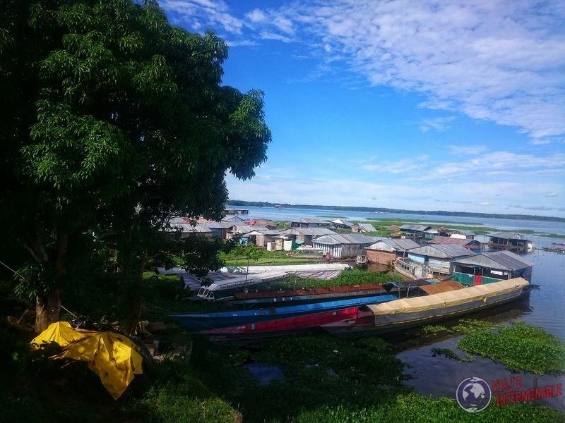 Barrio de casas flotantes en Iquitos Peru