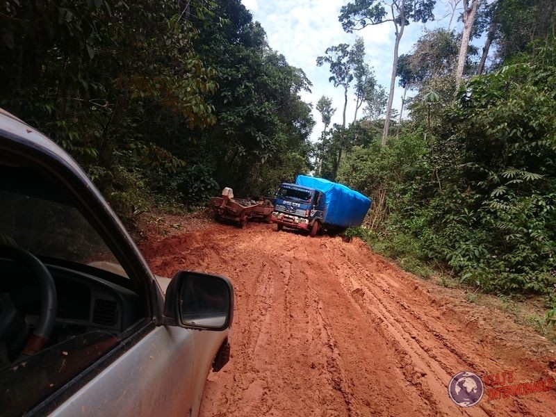Camion en ruta de tierra hacia georgetown Guyana