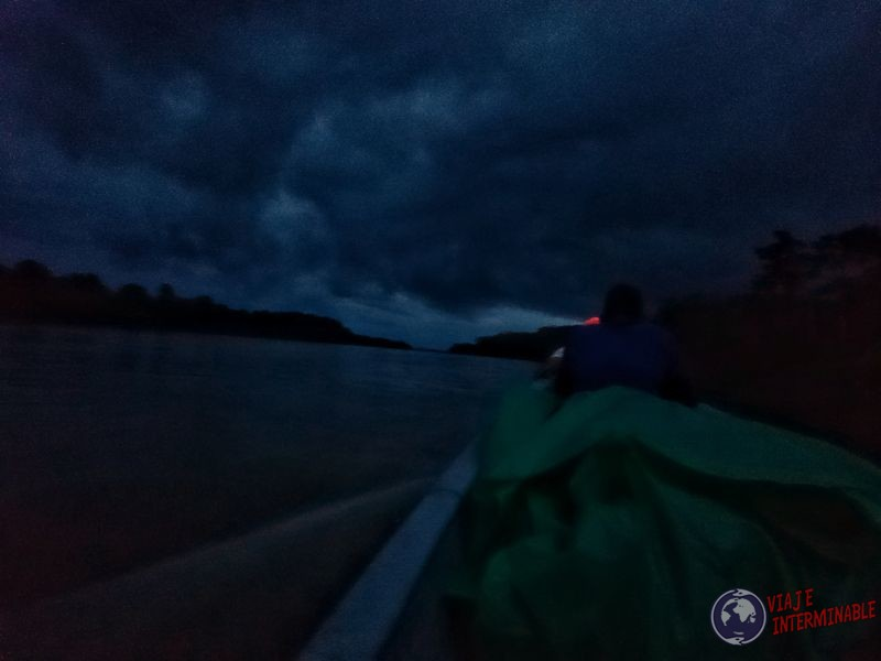 Canoa Napo de noche hacia Pantoja