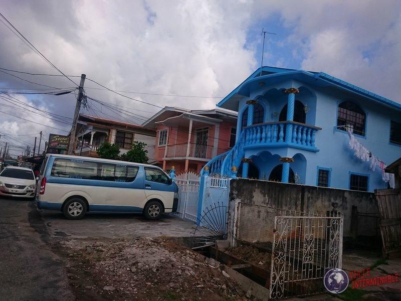 Casas con toques hindu en Calles de Georgetown Guyana