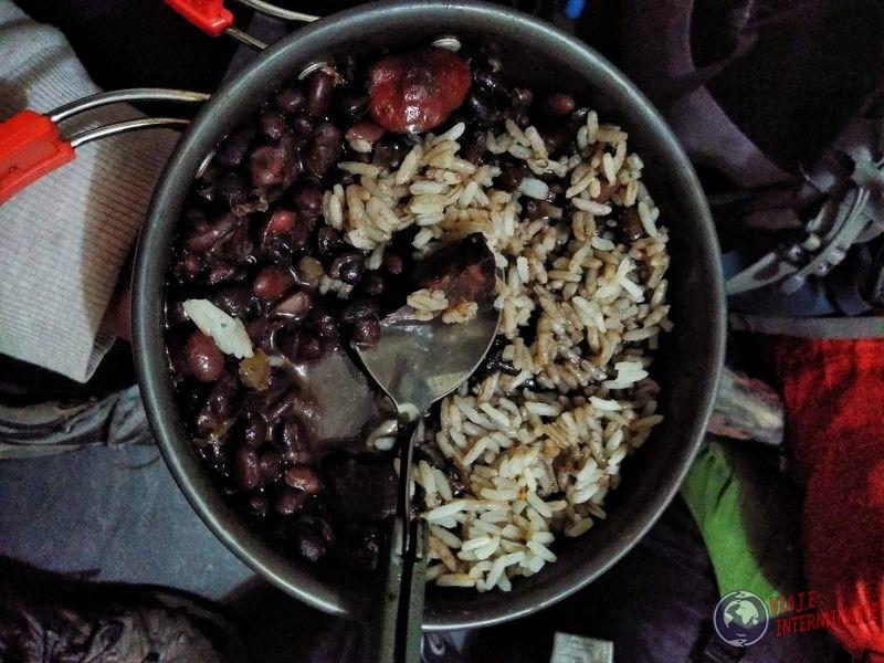 Comida en olla de barco amazonas tabatinga manaos brasil