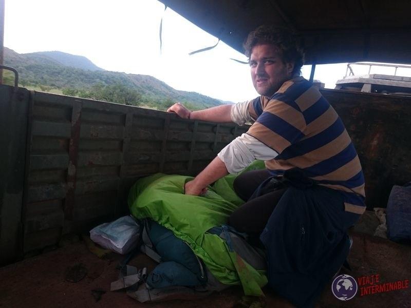 Haciendo equilibrio en camion de guerra Lethem guyana