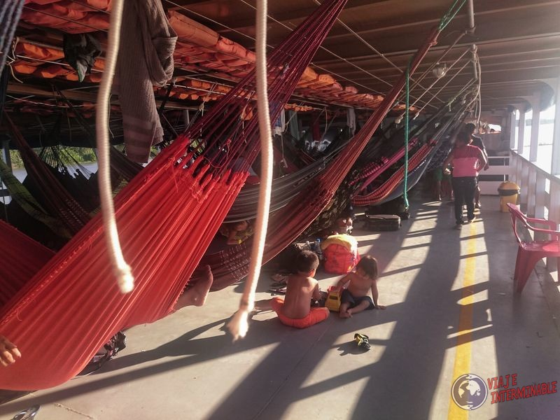 Hamacas en primer piso barco Tabatinga Manaos Brasil