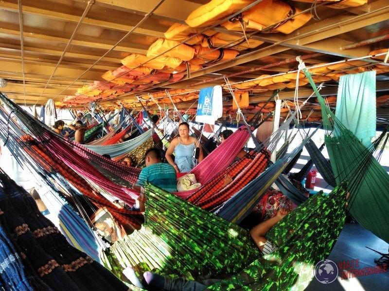 Hamacas en primer piso del barco amazonas tabatinga brasil