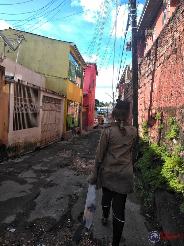 Mandados en callejuela Manaos Brasil
