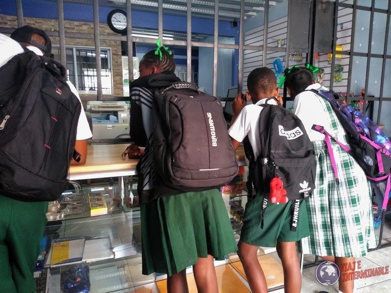 Niños en uniforme escolar Georgetown Guyana