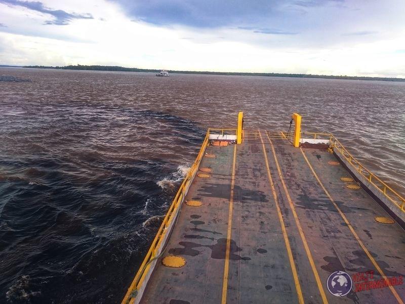 Pasando por cruce de aguas Manaos Brasil