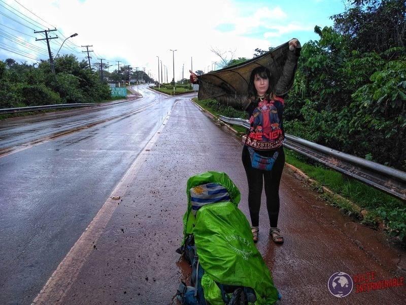 Protegiéndose de la lluvia rumbo a Boa Vista