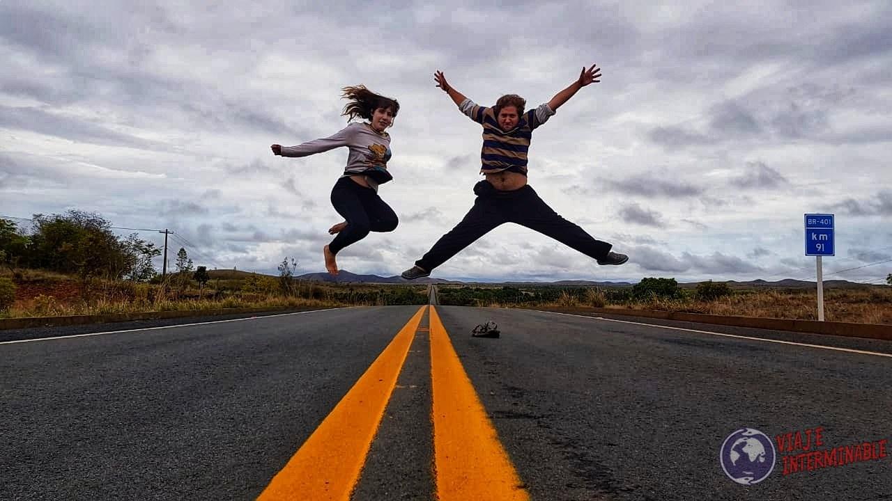 Saltando en la ruta viaje interminable