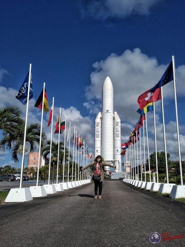 Banderas Union Europea y nave Kourou Guayana Francesa
