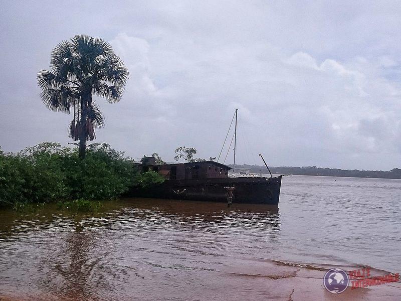 Barco encallado Saint Laurent du Maroni Guayana Francesa