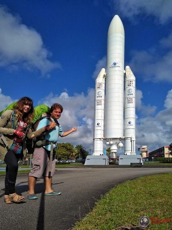Haciendo dedo a cohete en centro espacial Kourou Guayana Francesa