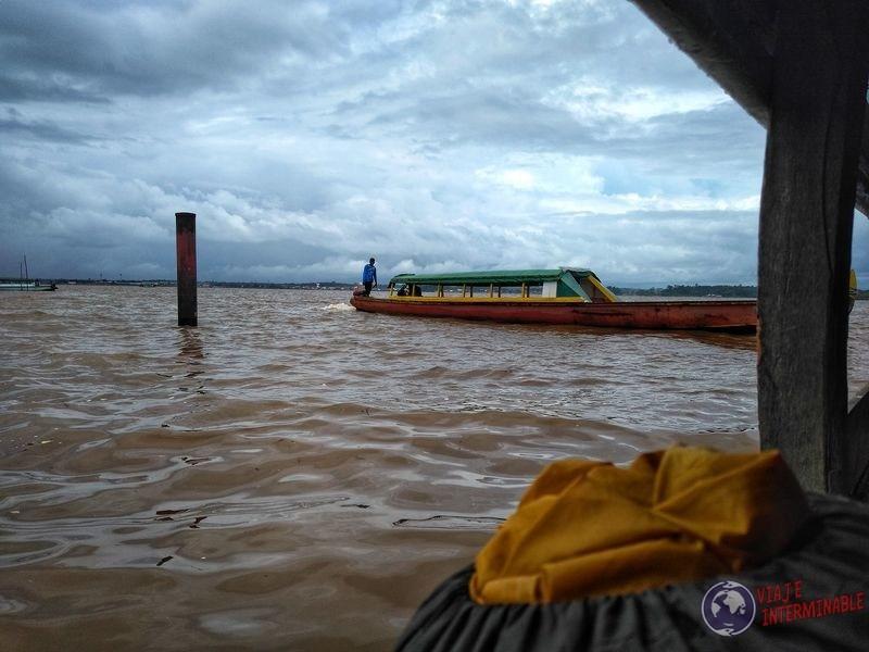 Lancha para cruzar de Surinam a Guayana Francesa