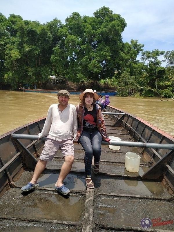 En bote sobre rio sinu Jaraquiel Colombia