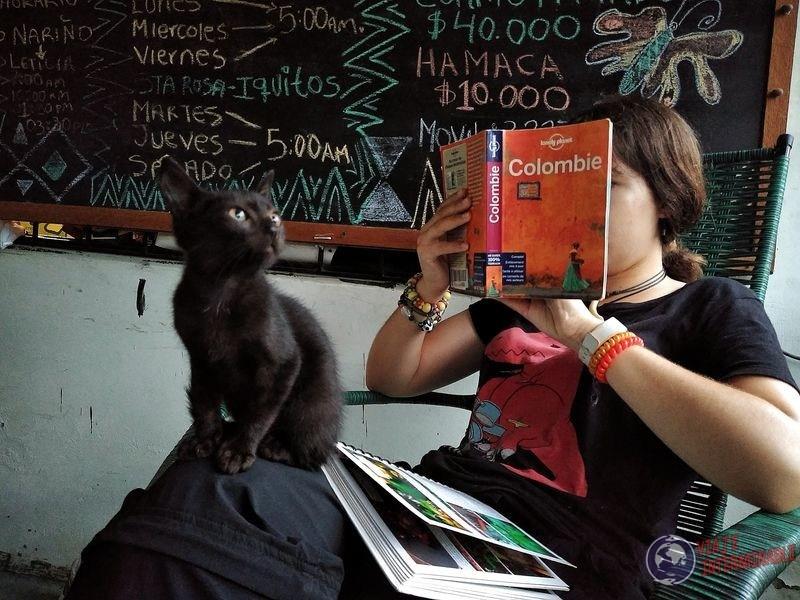 Leyendo guia colombia con gato en leticia