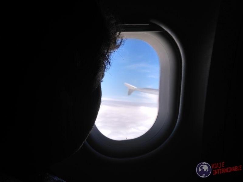 Mirando por la ventana avion Leticia Bogota Colombia