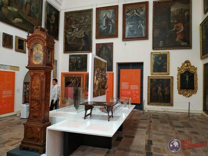 Museo colonial cuadros y reloj