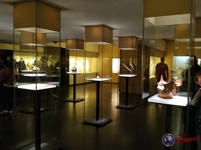 Museo del oro vitrinas con luz