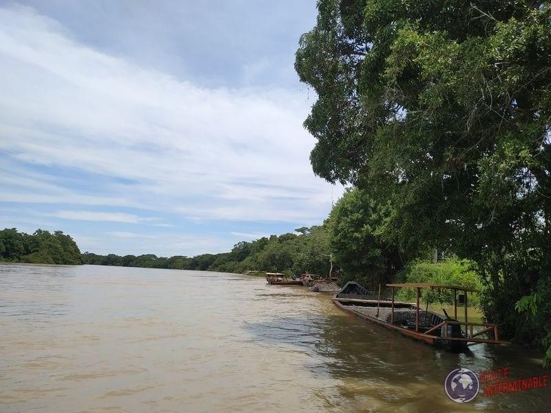 Orilla de rio Sinu Jaraquiel Colombia