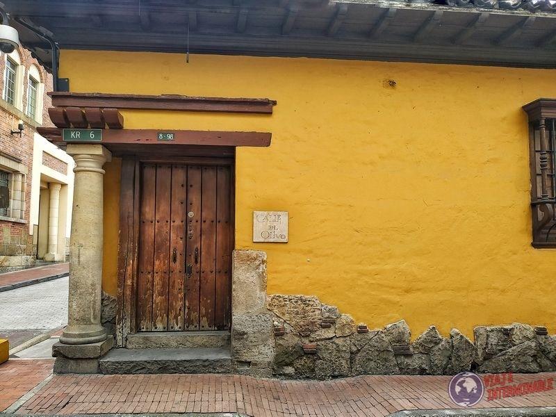 Pared y puerta en barrio histórico Bogota