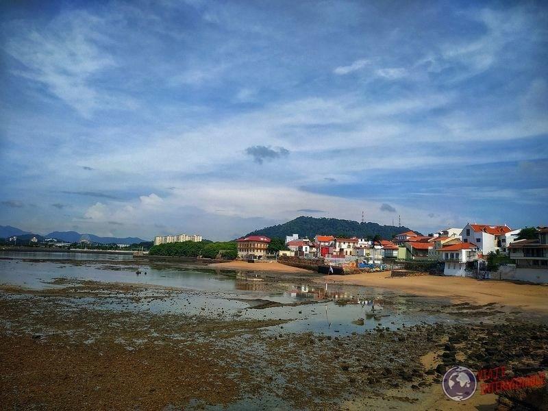 Casitas sobre la costa ciudad de panama
