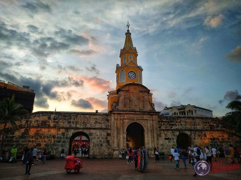 Torre del reloj y muro cartagena Colombia