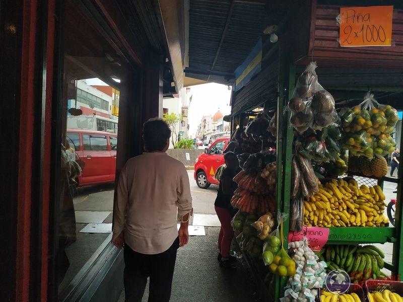 Puesto callejero de frutas San José costa rica