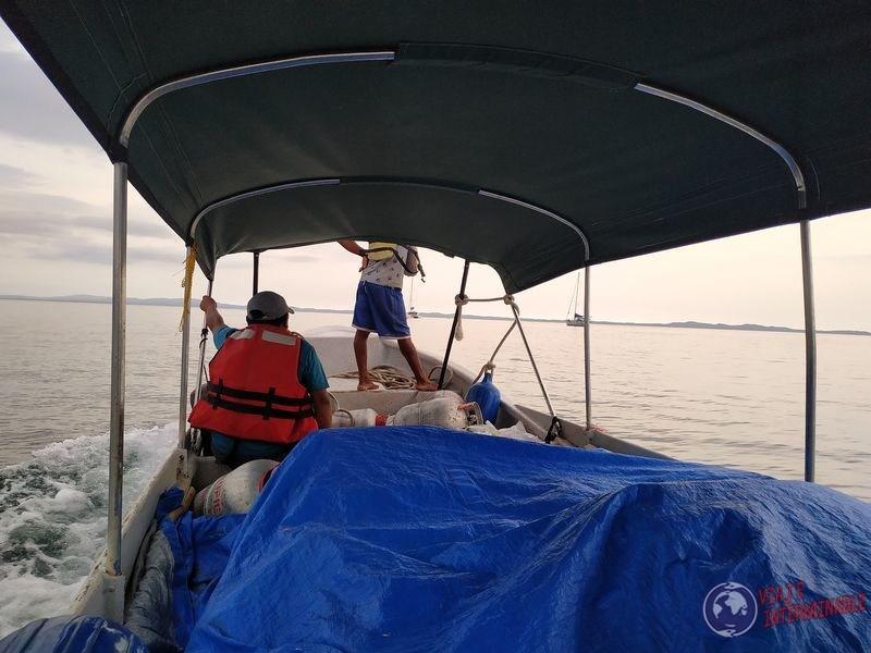 bote de mercaderias hacia perro chico san blas panama caribe