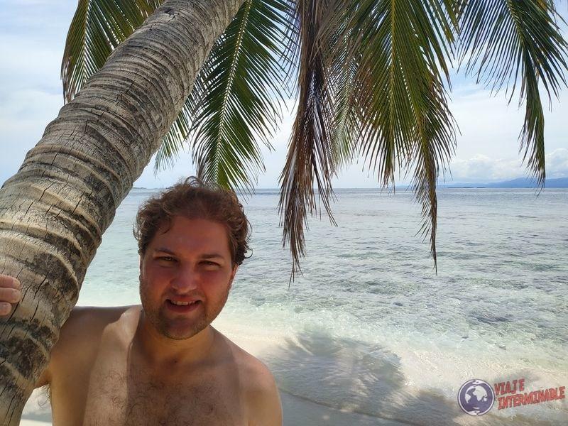 retrato con fondo paradisiaco caribe san blas panama
