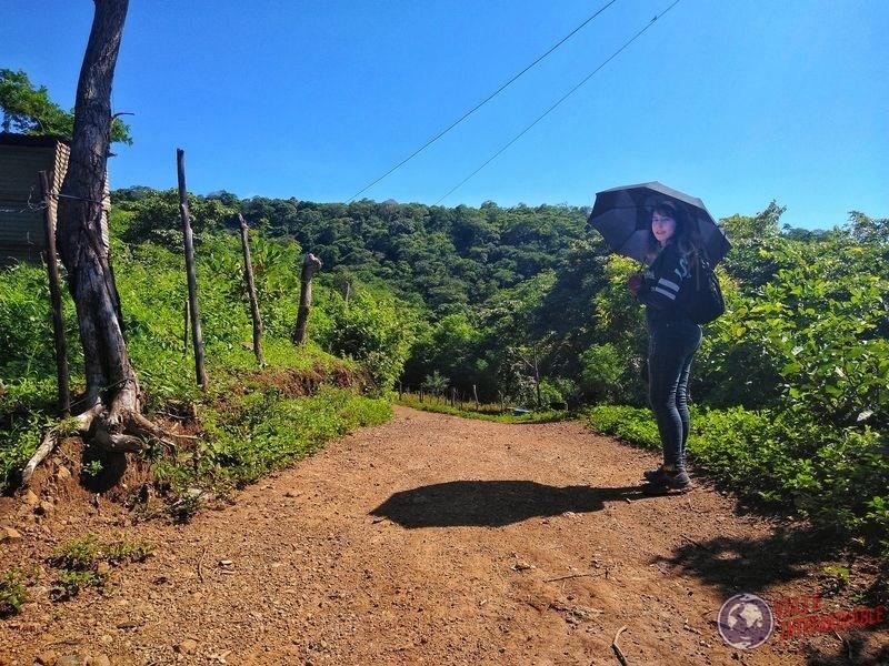 Paraguas camino campo a Apoyeque