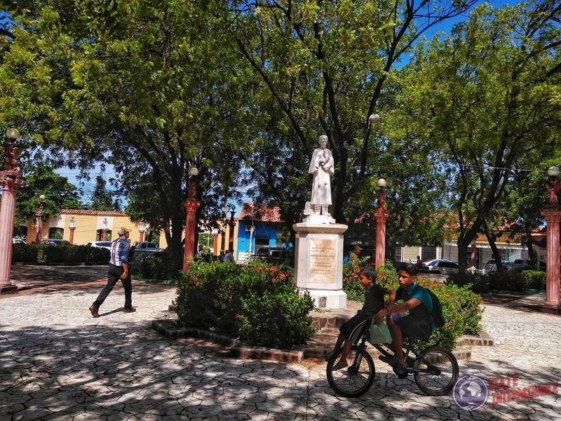 Plaza de Choluteca niños en bicicleta Honduras