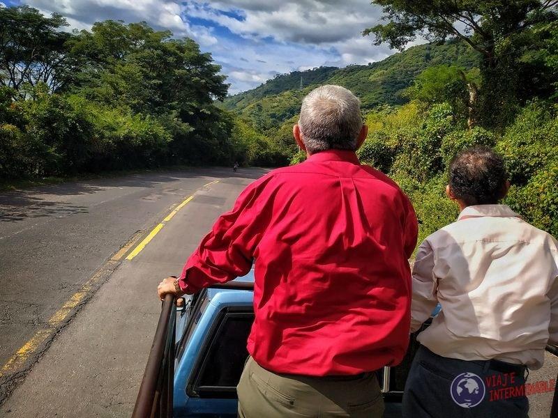 A dedo en camioneta El Salvador con señores