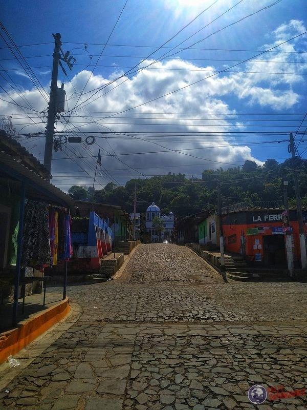 Calle con iglesia de fondo Ataco