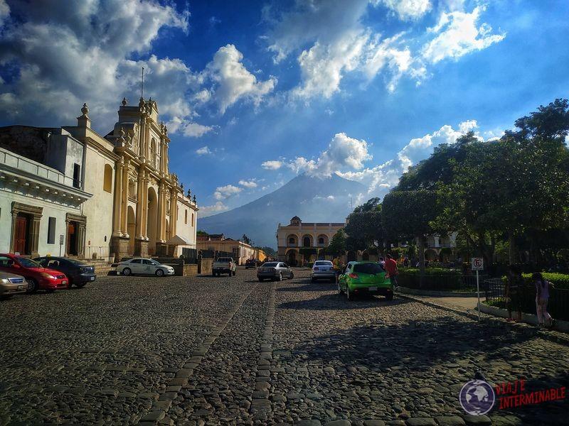 Calles de Antigua con volcan de agua Guatemala