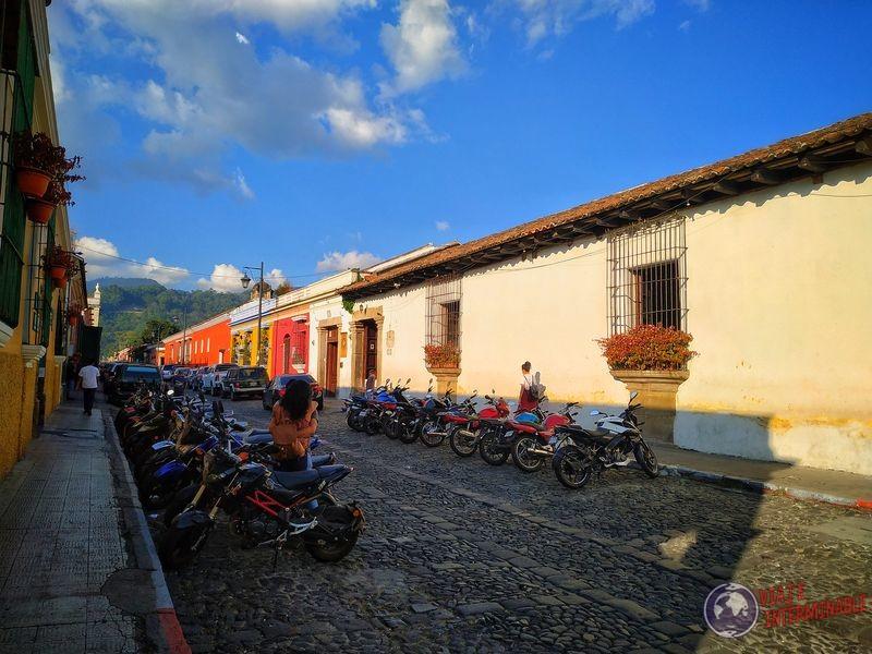 Calles llenas de motos pareja abrazo Antigua Guatemala