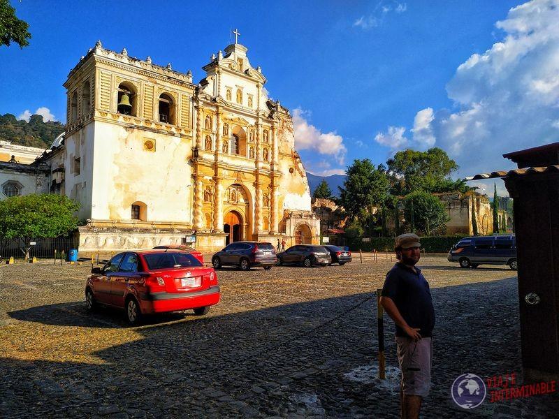 Parqueo autos con iglesia y feria Antigua Guatemala