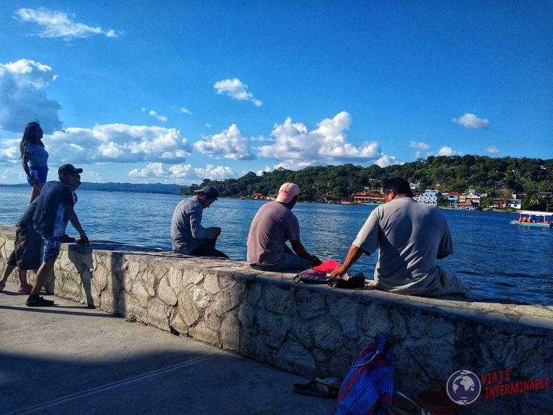 Pescadores en Isla de Flores Petén Guatemala