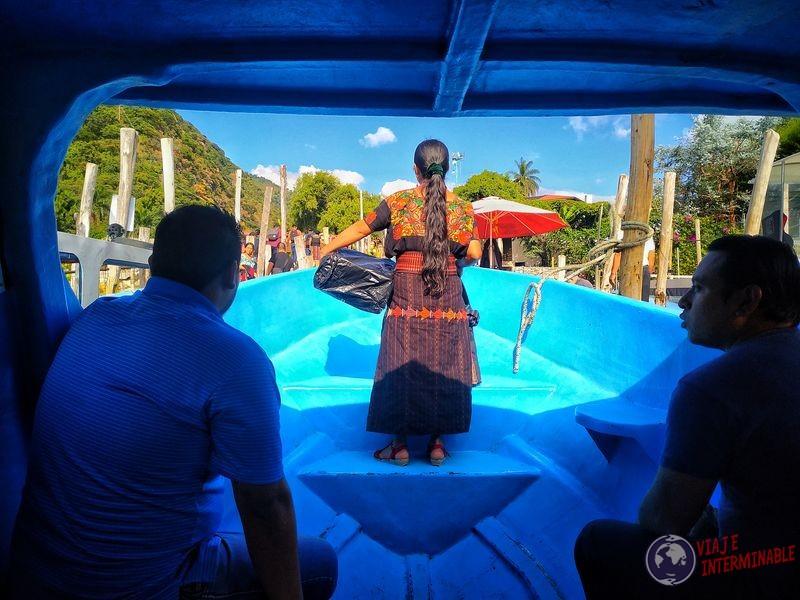 Señora nativa en bote Atitlán Guatemala